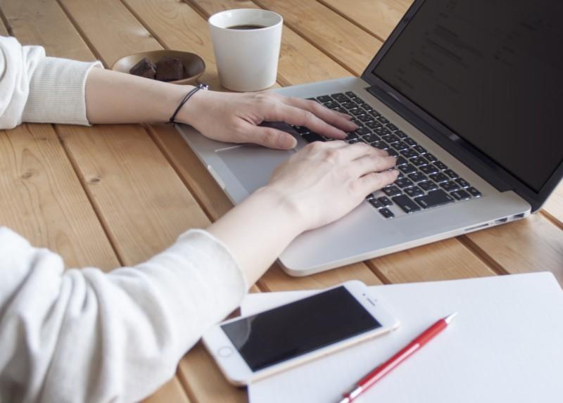 パソコンで記事を書く女性